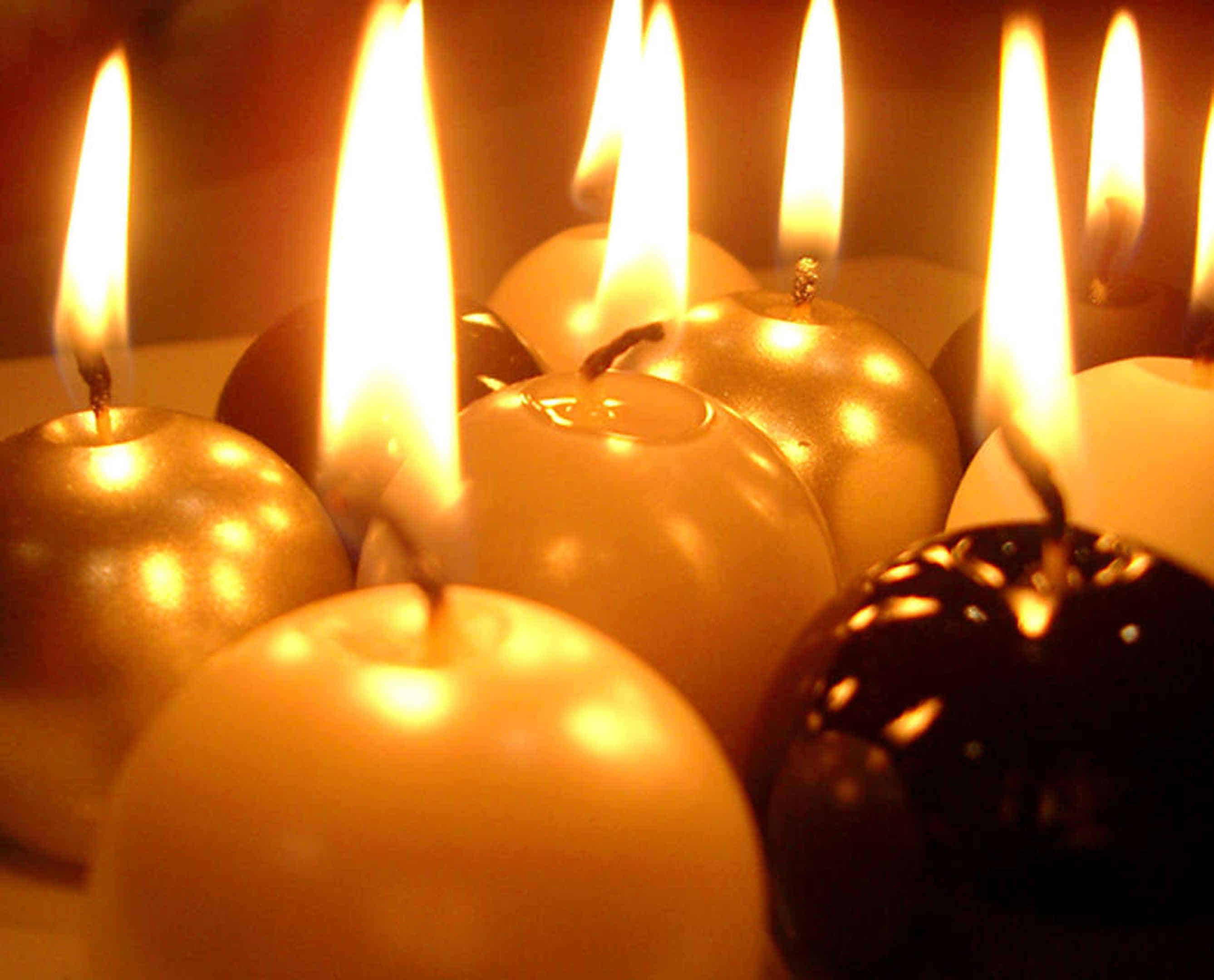 Foto: Viele brennende Kugelkerzen sorgen für ein warmes Licht.