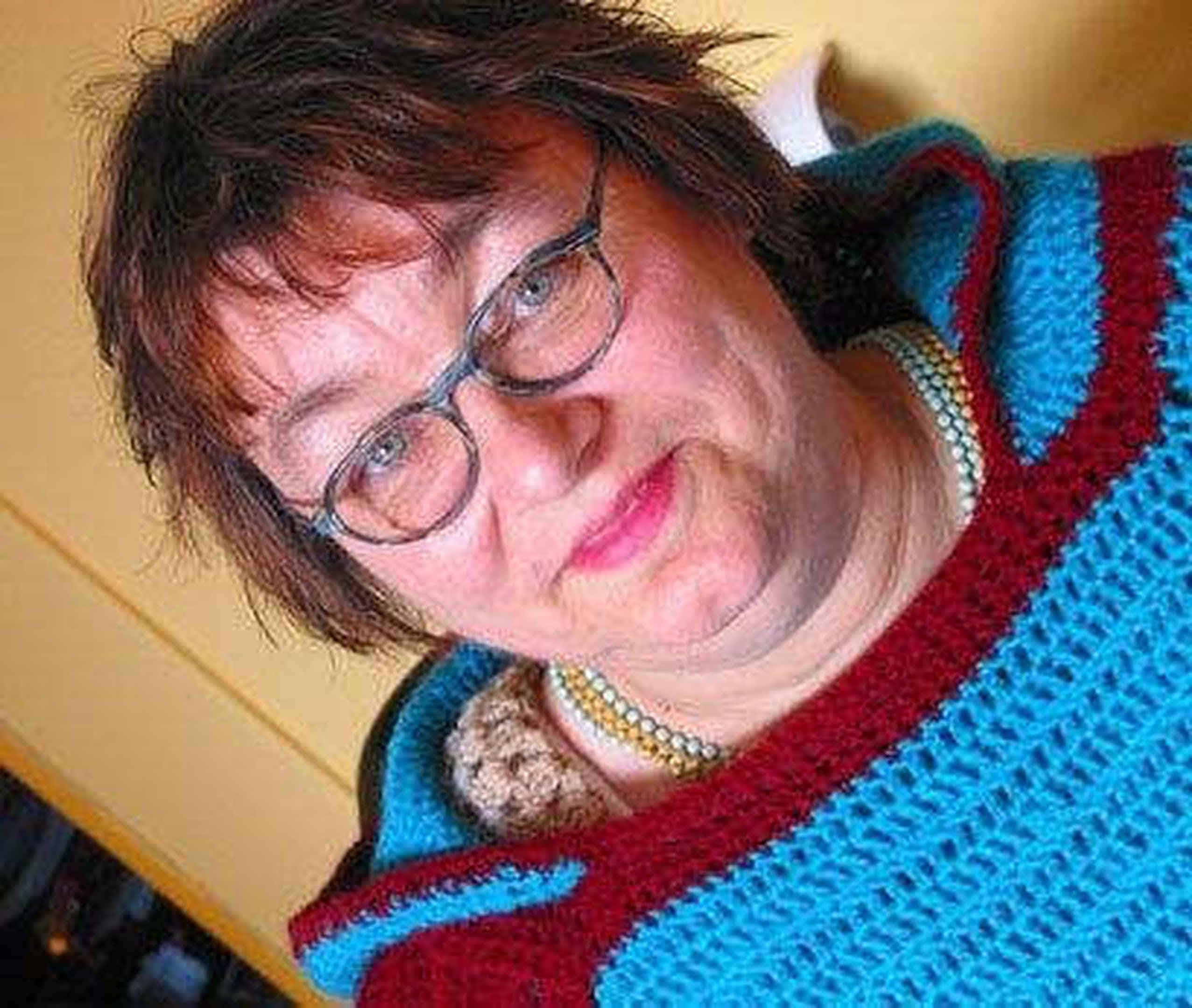 Foto: Anneli in einem ihrer selbstgehäkelten Ponchos.