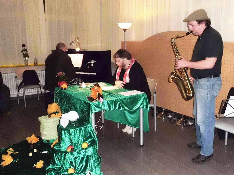 Foto: Zwei Musiker begleiten mich bei meiner Lesung in Saarbrücken.