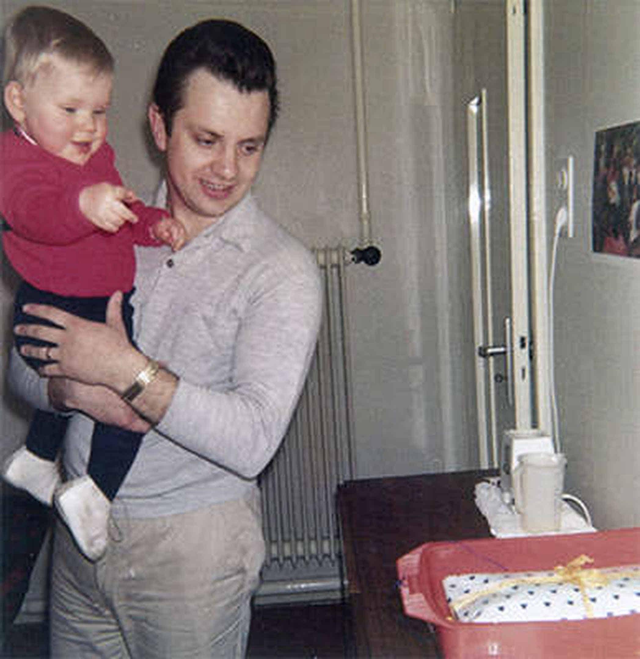 Foto: Mein Vater hält mich auf seinem Arm...