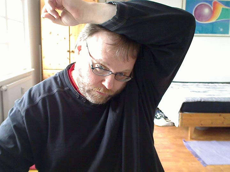 Foto: Hier drücke ich meine Armbeuge zwanghaft gegen den Kopf.